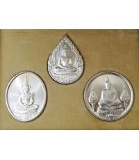 เหรียญพระแก้วมรกต ภปร. เนื้อเงินทรงเครื่อง3ฤดู รุ่นราชศรัทธา 200ปีกรุงรัตนโกสินทร์ ปี2525 พร้อมกล่อง