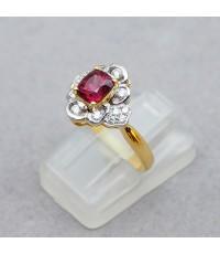 แหวนทองคำฝังเพชรแท้ 14 เม็ด รวมน้ำหนัก 0.22 กะรัต ประดับพลอยสปิเนลสีแดงอมชมพู เจียรไนเหลี่ยมรูปทรงไข