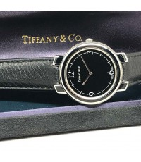 TIFFANY  CO. Dress quartz ใส่ได้ทั้งชาย หญิง ขนาดตัวเรือน 32mm หน้าปัดดำเงาพิมพ์อารบิค กระจกแซฟไฟล์