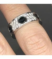 แหวน Trinity แบบหัวสกรูหัวน็อต ประดับเพชรรวม 66 เม็ด รวมน้ำหนัก 1 กะรัต ประดับสกรูเซรามิค วัตดุตัวเร