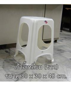 เก้าอี้เหลี่ยมสีขาว