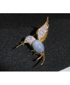 เข็มกลัด นกฮัมมิงเบร์ด นิหร่า (ไพลิน) ฝังเพชร 32 เม็ด 0.30 กะรัต ทอง9K หลุดจำนำ งานสวยมาก นน. 5.51 g