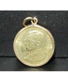 เหรียญ ในหลวง รัชกาลที่9 50 สตางค์ พ.ศ. 2544 เลี่ยมนาก40 นน. 2.84 g