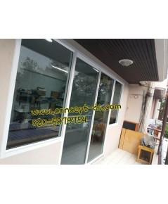 ประตูบานเลื่นสลับพร้อมมุ้ง+บานฟิกส์อลูมิเนียมสีอบขาว  กระจกใสเขียว 6 มิล