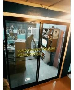 ประตูบานเลื่อนสลับพร้อมมุ้งอลูมิเนียมสีดำ กระจกใสเขียว 6 มิล