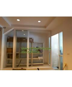 ประตูบานเลื่อนซ้อน3พร้อมบานฟิกส์ข้าง อลูมิเนียมสีอบขาว กระจกใส 6 มิล
