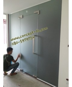 ประตูบานสวิงเปลือยพร้อมบานฟิกส์ กระจกอบเทมเปอร์พ่นทรายฝ้า10 มิล