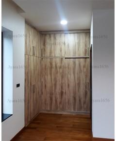 ตู้เสื้อผ้า Built-in โครงปาติเกิลกันชื้น หน้าบาน Melamine สี Pine ลายไม้
