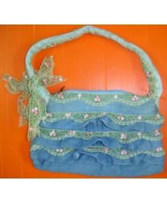 กระเป๋าถือ ผ้ายีนส์ ตกแต่งด้วยลูกไม้ รอบกระเป๋าเป็นชั้นๆ ด้านหน้า-หลัง พร้อมที่สะพายเก๋ไก๋