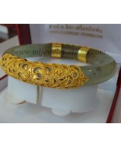 กำไลหยกทำทองแกะลาย ตัวเรือนทองคำแท้น้ำหนักประมาณ 14 กรัม