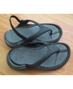 รองเท้า Croc เด็กชายแบบคีบสีดำมีสายรัดส้น size 8/9