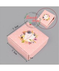 กล่องกระดาษเปิดบนลายวงกลมดอกไม้ ขนาด7.5x7.5+3cm แพ็ค50ชิ้น