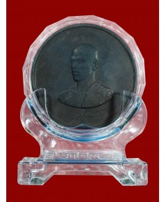 ..เหรียญในหลวง ร.10 ขนาด 7 ซ.ม. วชิราลังกรโณ เนื้อโลหะผสม ที่ระลึกที่ทรงคุณค่าที่สุด พร้อมแท่นวางงาม