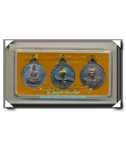 เหรียญชุด หลวงพ่ออี๋ กรมหลวงชุมพร พระเจ้าตากสิน วัดสัตหีบ รมดำ ครบชุด พ.ศ.2543