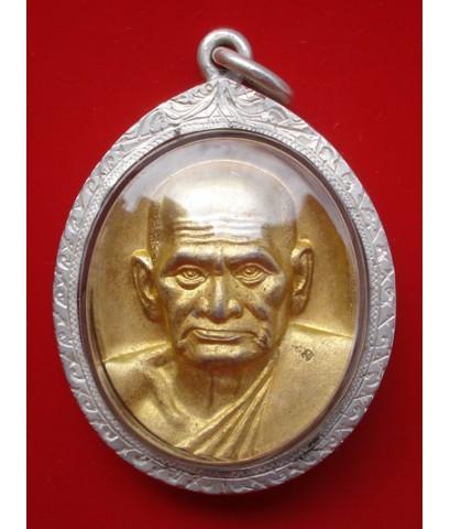เหรียญรูปใข่หลวงพ่อเงิน บางคลาน รุ่นพระพิจิตร เนื้อกะไหล่ทองพร้อมเลี่ยมเงินแท้ สภาพใช้ ราคาถูก