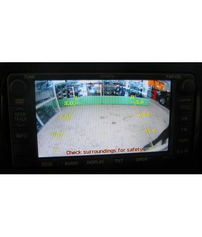 Fortuner ที่มีจอดีวีดีจากโรงงาน ติดกล้องมองถอยหลัง เหนือกรอบป้าย สีเดียวกับคิ้วโครเมี่ยม