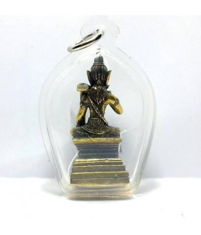 พระวิษณุกรรมเทพแห่งศิลปะการช่างประทับนั่งแบกจอบเนื้อทองเหลืองกรอบพลาสติกสูง4.5ซม.กว้าง3ซม.
