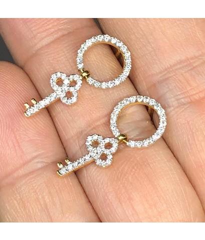 ต่างหูทองคำรูปทรงกุญแจ ฝังเพชรแท้ 88 เม็ด รวมน้ำหนัก 0.55 กะรัต น้ำขาว G-color ไฟดี ไม่มีตำหนิ ตัวเร