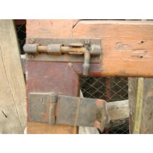 ประตูไม้สัก ลูกกรงทองเหลือง 3 ตอน ลูกกรงไม่มีคด กลอน มือจับ สายยู บานพับ เดิมๆ สีเดิม