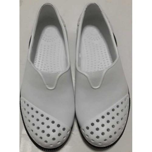 รองเท้ายางคัชชู สีขาว มีรู